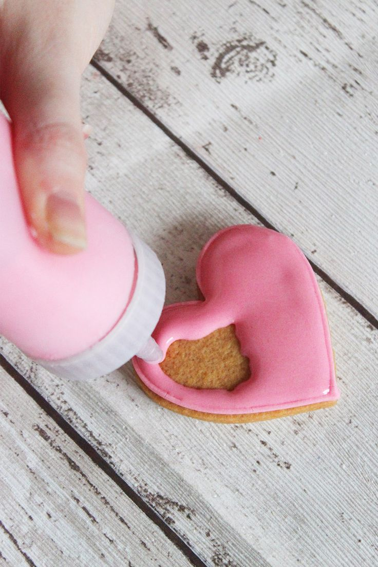 Learn how to flood and line ice your biscuits with our brand new blog post. Featuring these sweet pink love hearts!