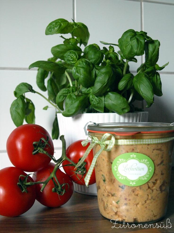 Tomate-Mozzarella-Dip: Zutaten: 200g            Frischkäse mit Kräutern,3 Kugeln      Mozarella á 125g,1 Glas in Öl eingelegte Tomaten,10 Blätter Basilikum, nach Bedarf: Olivenöl oder Öl von den Tomaten  Salz + Pfeffer Zubereitung: Mozarella grob klein schneiden u in ein hohes Gefäß füllen. Frischkäse hinzugeben u mit Mixstab pürieren.Die Tomaten grob schneiden u mit dem Basilikum unterheben - ebenfalls gut pürieren -mit Salz & Pfeffer abschmecken.