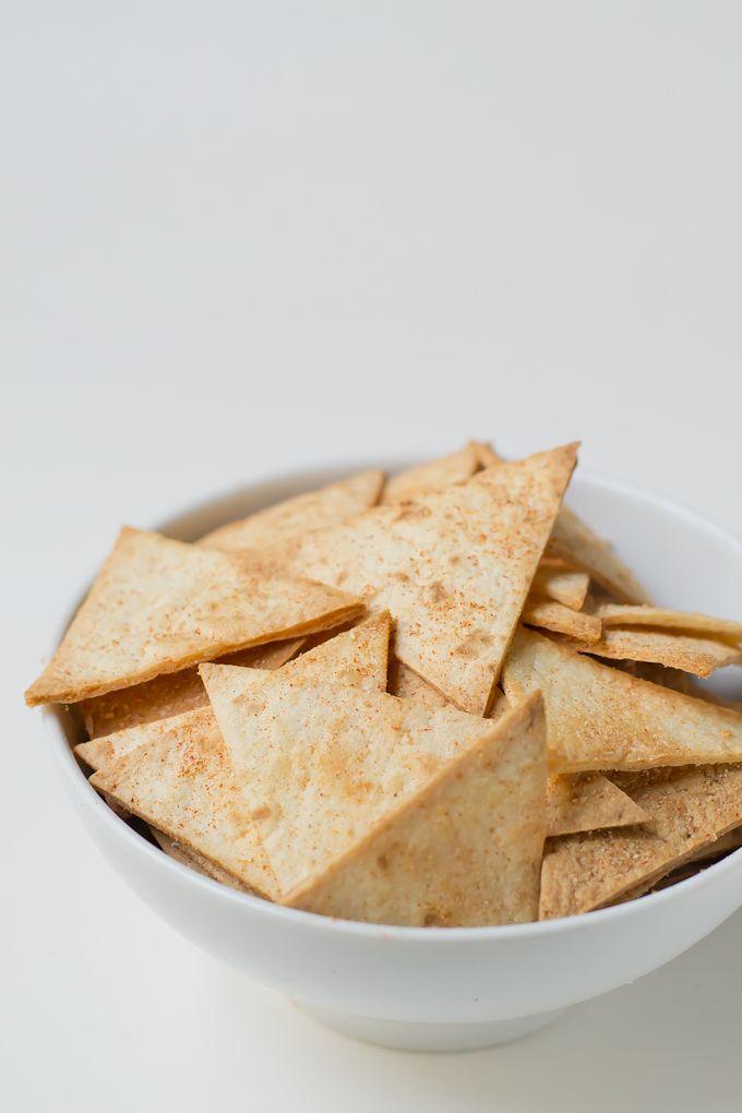¡Me encantan los nachos! Sobre todo si puedo mojarlos en alguna salsa cremosa como queso o guacamole. El problema es que los nachos envasados están llenos de grasas hidrogenadas, colorantes y otros ingredientes químicos que no me hacen mucha gracia, así que cuando hicimos nuestras tortillas caserasno nos lo pensamos dos veces y nos pusimos...Sigue leyendo »
