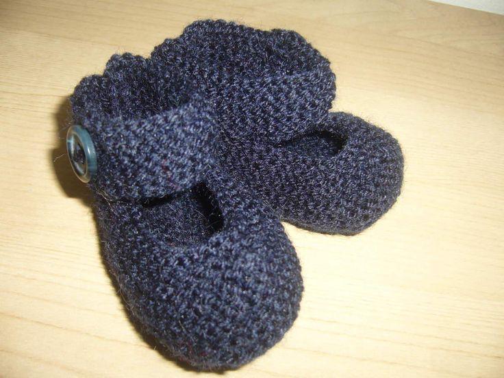 Avec une pelote de 115 mètres environ, vous pouvez réaliser 4 paires de ballerines. Elles se tricotent en une seule fois, uniquement au point mousse. De la taille naissance à 6 mois, utilisez de la laine et des aiguilles 2,5.