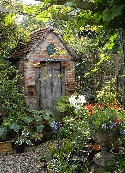 HOME & GARDEN: 40 inspirations pour un jardin anglais (me rappelle les cabinets chez le grand père)