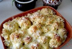 Цветная капуста, запеченная с сыром Калорийность на 100 гр готового блюда - 92 ккал Перед капустой с такой корочкой никто не устоит!:) Ингредиенты (на 3-4 порции): - цветная капуста - 500 гр - тертый сыр (лучше нежирный типа Моцареллы) - 100 гр - сметана 10% - 80 гр - панировочные сухари - 40 гр - соль, черный молотый перец по вкусу - по вкусу - чеснок сушеный - 1/2 ч.л. - свежая зелень - несколько веточек Рецепт: 1. Воду слегка подсаливаем и доводим до кипения. Соцветия цветной капусты…