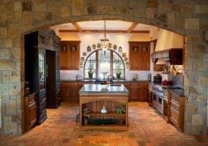Dies ist eine Inspiration für eine Landhausküche mit Kochinsel und gewölbtes Fenster. Das Mauerwerk Bogen Farbe scheinen, mit der Farbe der tragenden Wand und dem Boden zu mischen. Es gibt auch Holz Küchenschränke und einen Gasherd mit Dunstabzugshaube. Quelle: Zillow DigsTM
