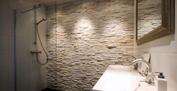 Barroco Glamour Gold steenstrips toegepast in een royale douche. Door barroco