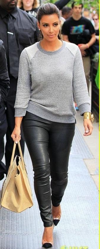 Otro look que me encanta. Fácil de imitar: leggins/pantalón tipo cuero y un sweater gris. Lo que defintivaemnte cambiaría (para mí) es por zapatos bajos, o zapatillas. No podría caminar ni un segundo con esas tabas.