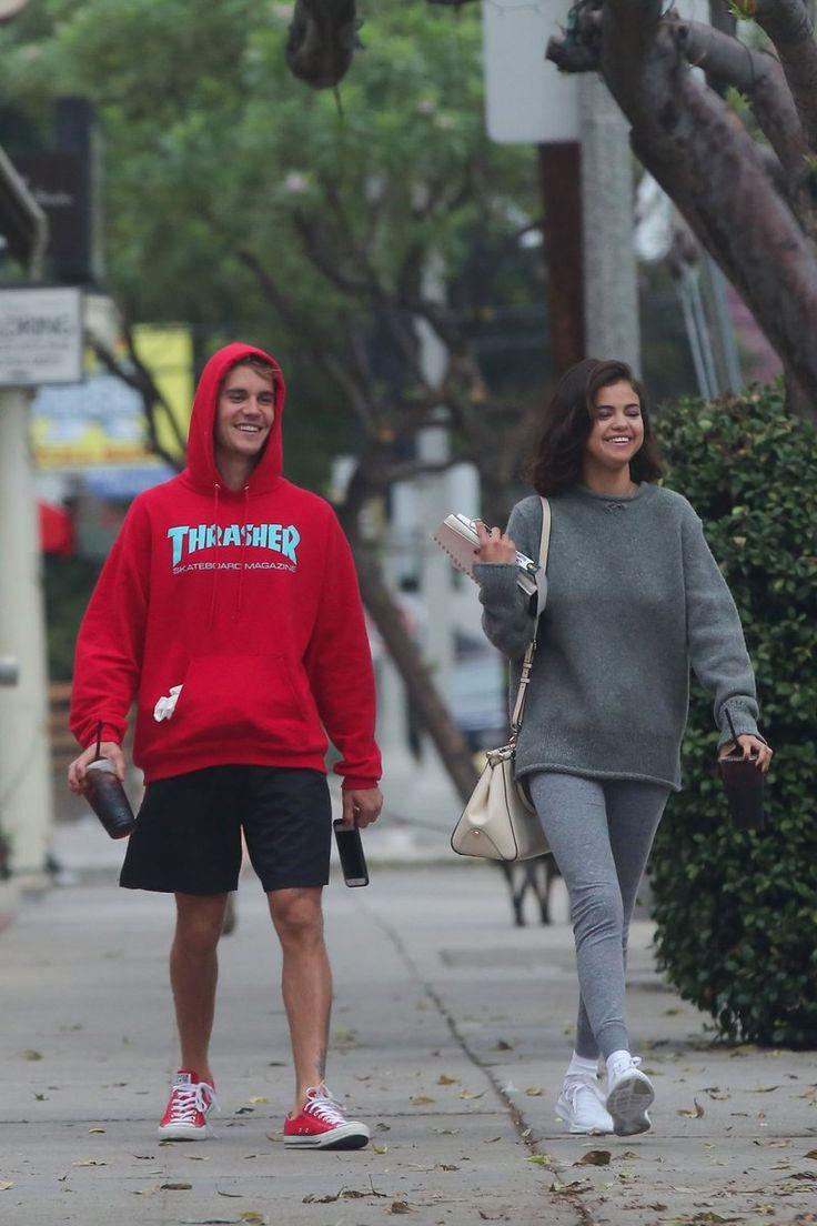 """Constante batalla. - Actualmente parece que la cantante se ha recuperado bien luego de su trasplante de riñón y aunque diariamente es una batalla en contra de su enfermedad, por el momento se encuentra estable y reconstruyendo su vida tanto privada como laboral. Acaba de lanzar una canción """"Wolves"""" y después de su ruptura con The Weeknd han salido ya varias fotos de ella y Justin Bieber saliendo juntos, lo que da a entender que es muy probable que hayan retomado su relación."""