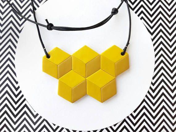 Ehi, ho trovato questa fantastica inserzione di Etsy su https://www.etsy.com/it/listing/538889495/collana-geometrica-gialla-cubi-illusione