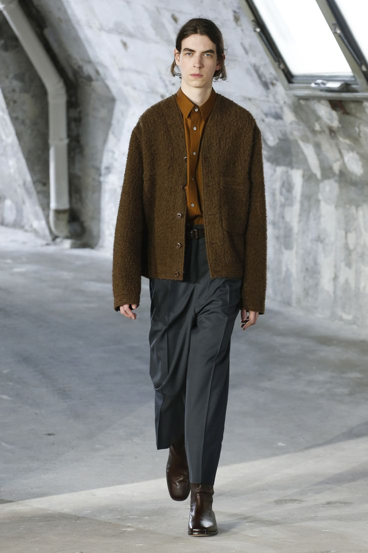 The complete Lemaire Fall 2018 Menswear fashion show now on Vogue Runway.