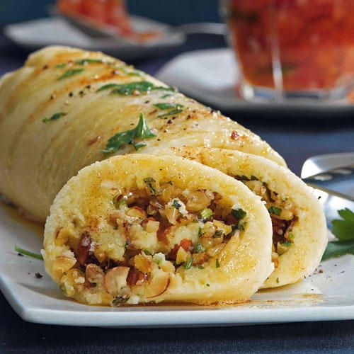 Ein Rezept für Kartoffel-Parmesan-Rolle mit Kräuter-Nuss-Füllung
