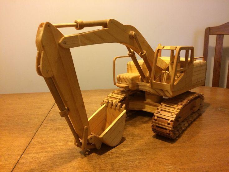 Excavadora hecha en madera, sin clavos ni tornillos, completamente articulada y oruga funcional.