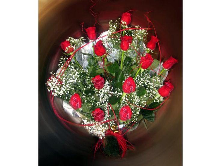 Ramo de Rosas Rojas de Floristería Aguilera de Jaen, asociada a nuestra web www.apanymantel-flores.com para cubrir a domicilio Jaen.