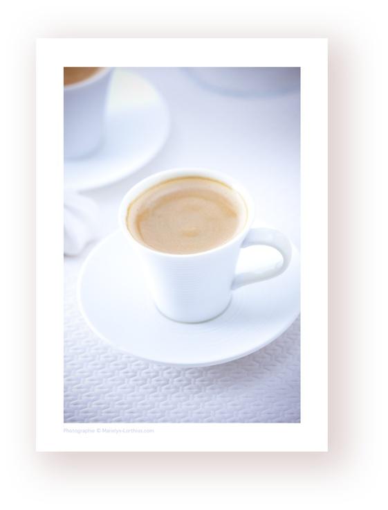 les #tasses à #cafe expresso blanches une ambiance soft et légère, pour commencer du bon pied ! le blanc pure et doux pour une ambiance tendre et delicate ! #photographe #culinaire merci por le «re-pin »