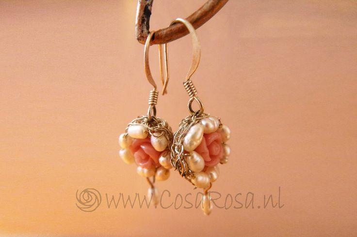 Oorbellen met zoetwaterparel en roosjes van koraal(pasta), gehaakt zilverdraad en zilveren oorbelhaakjes