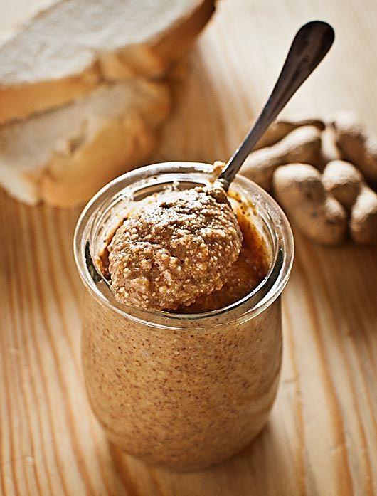 La mantequilla o manteca de cacahuete la conocemos en nuestro país a través de las series y películas norteamericanas. Aunque ya se puede encontrar en muchos comercios, hacerla en casa con el Thermomix, sin aditivos ni conservantes, no puede ser más sencillo ni más sano. Así que si quieres preparar este curioso producto para que …