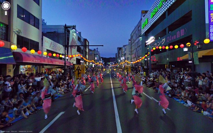 This parade picture is one of Google Street View.