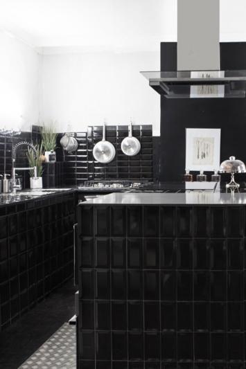 L'ATELIER NOIR 14 Rue Muller. Ce nouvel endroit gourmand et entièrement noir est avant tout un espace de création tourné vers le goût. Aux commandes, Guillaume Sanchez réalise à la manière d'un artiste des recettes uniques. On découvre des alliances inédites comme les tartelettes framboises-moutarde, la meringue au vinaigre balsamique ou le fameux baba arrosé de Jack Daniel's. L'Atelier Noir se visite sur rendez-vous pour des cours de cuisine arty, des dîners en petit comité ou des goûters…