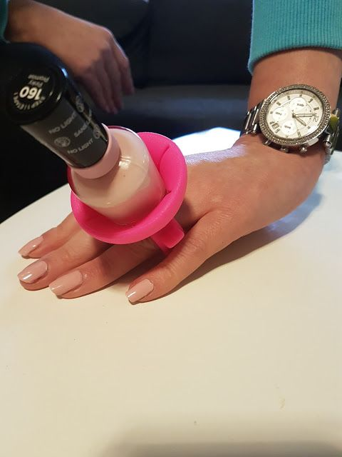 tweexy Nagellack Halter - Nägel lackieren einfach gemacht dieser Innovation  http://www.mihaela-testfamily.de  #Tweexy #Nagellack #Nagellackhalter #Nailpolish #Beauty #Beautyblog #nailart