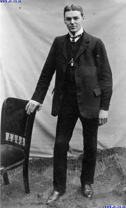 1910 men's fashion les vêtements sont anciens mais j'imagine bien klaus avec cette tronche - quand il est coiffé
