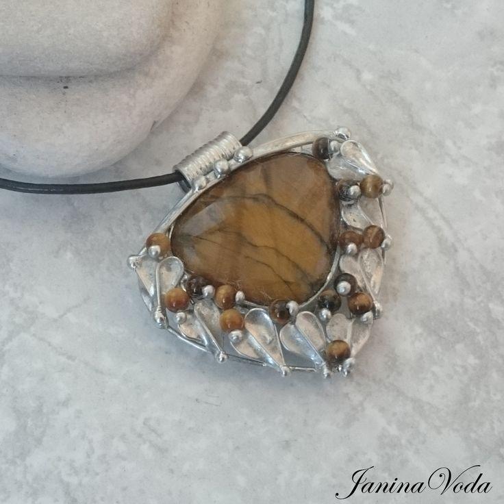 ...Simeon...+náhrdelník+Cínovaný+náhrdelník+leštěný+z+krásného+pravidelného+kamene+tygří+okoa+korálků+tygří+oko.+Náhrdelník+je+leštěný+a+ošetřený+antioxidačním+přípravkem.+Velikost+šperku:+výška+5,3cm,+šířka+cca+5,3cm,+Použitý+materiál:+pocínovaný+měděný+drát,+bezolovnatý+pájka+-+cín+se+stříbrem.+Náhrdelník+je+zavěšen+načerné+kůži+o...