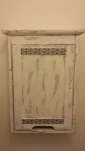 Här är skåpet med dörren.  Ska köpa och sätta dit en spegel