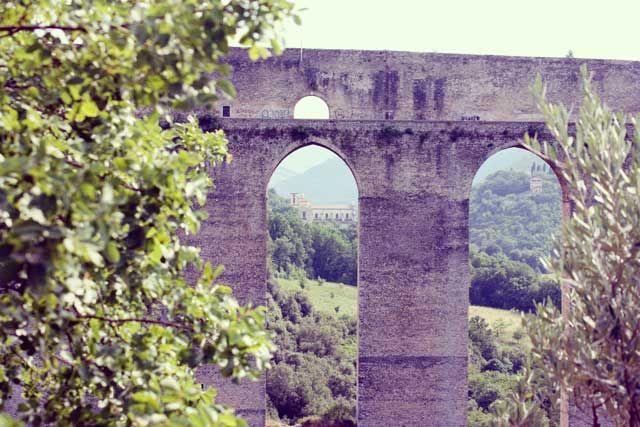 Chiesa di San Pietro incastonata tra gli archi del Ponte delle Torri. Scattata dalla Poltrona del Papa