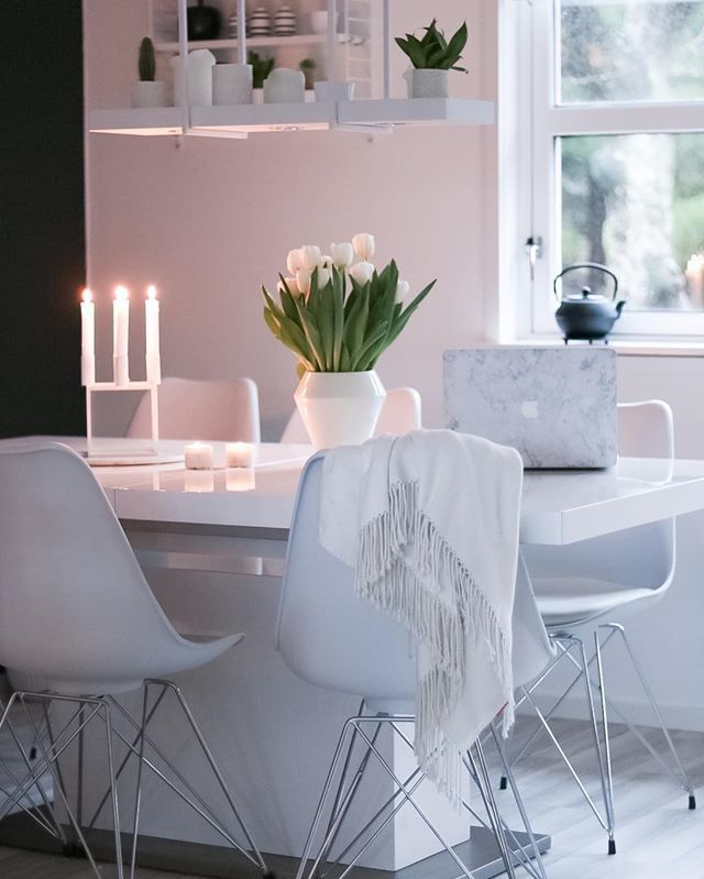 Kubus 4 in white and tall Rimm vase in white. Photo credit: @hvitelinjer.