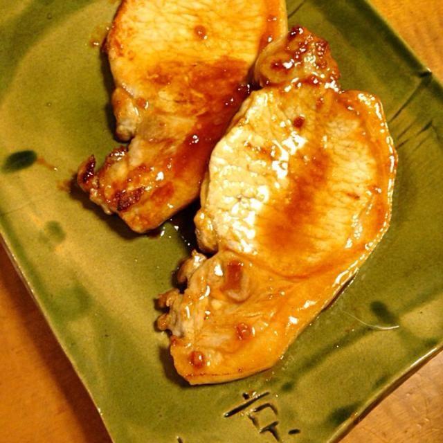 豚カツ用のロース肉が安かったので。  パン粉つけて揚げるの面倒だし。 強火で一気に焼き目つけてから生姜焼き。  自分は一切れも食べれなかったです。 売り切れは嬉しい。 - 156件のもぐもぐ - 豚カツ用の厚切り豚ロースで生姜焼き。 by lemonpai2001