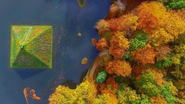 Seepyramide im herbstlichen Branitzer Park bei Cottbus. (Quelle: dpa/Patrick Pleul)
