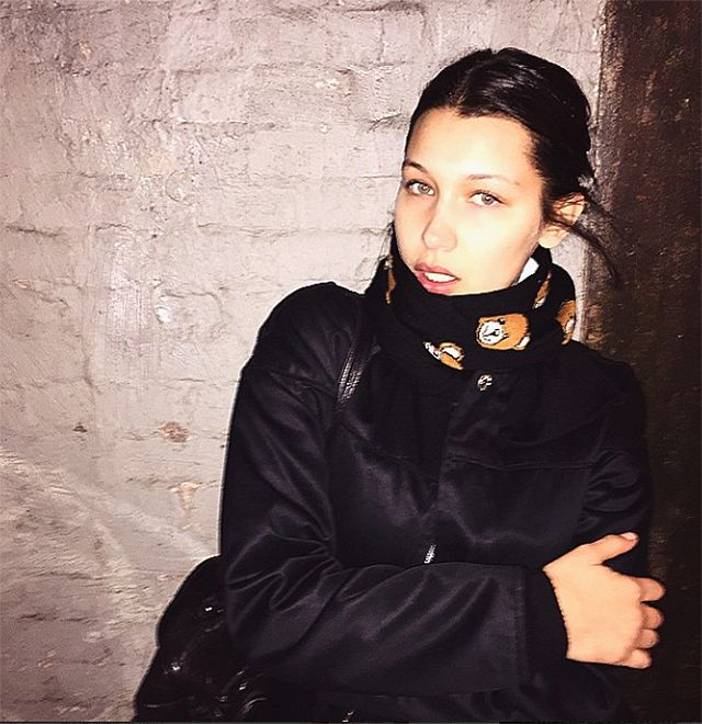 Bella Hadid is the definition of effortless, and that Moschino scarf is to die for cute. #Moschino #models #streetwear