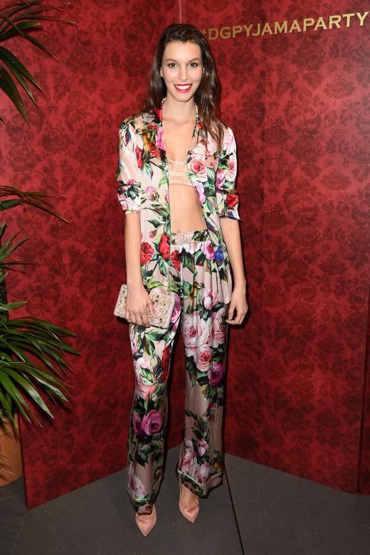 Dolce & Gabbana lud zur Pyjama Party. Das Model Kate King zeigt wie man die Einladung stylish umsetzt: im Seiden-Schlafanzug von Dolce & Gabbana. Das Set kostet allerdings auch 2000 Euro...