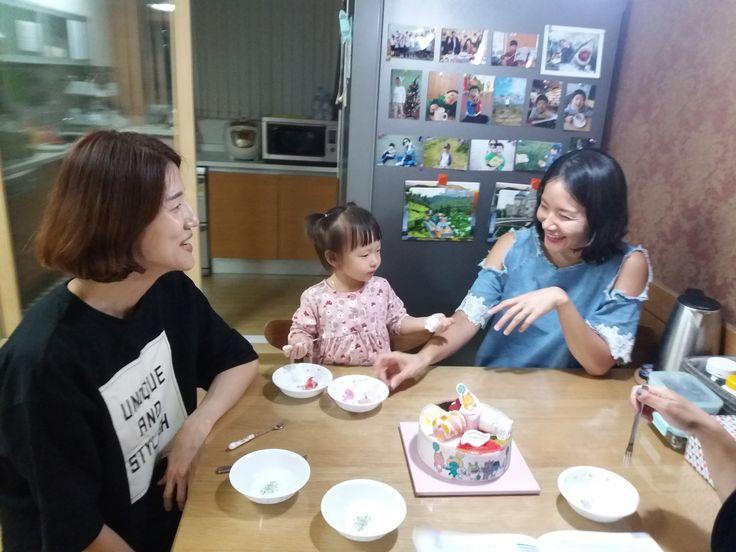 저녁엔 효준이네 근처에 있는 경미 언니네서 1박^^ 수정 이모, 선주 이모, 용준 오빠랑 너무나 맛있게 아이스크림 케익 먹는 소은이.
