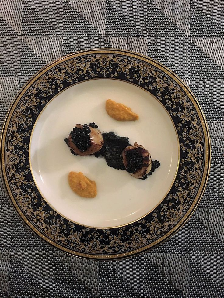 Capesante scottate all'armagnac con salsa di corallo e maionese al nero di seppia  ©