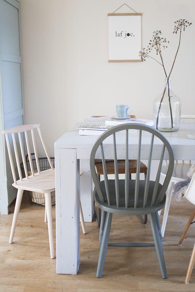 In oktober schreef ik over de stoelendans aan onze eettafel. Sinds we 'm grijs verfden waren we niet meer tevreden over de combinatie. Ik liet jullie negen potentiële nieuwe pareltjes van eetkamerstoelen zien en met dank aan fonQ staat er … Continue reading →