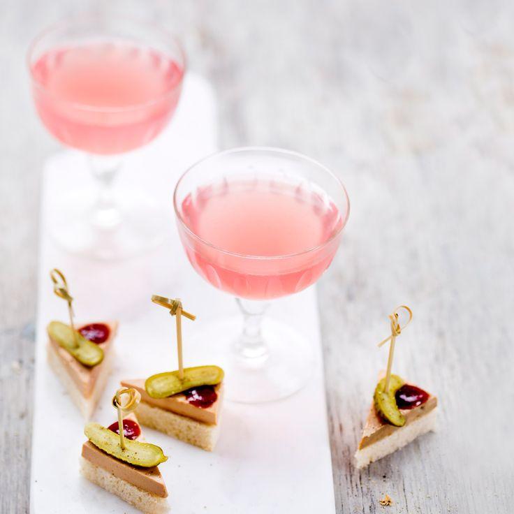 Drinkarnas drink? Cosmopolitan är vacker, god – och sätter feststämning direkt!Mät upp alla ingredienser i en shaker med is. Skaka och fördela i glas.