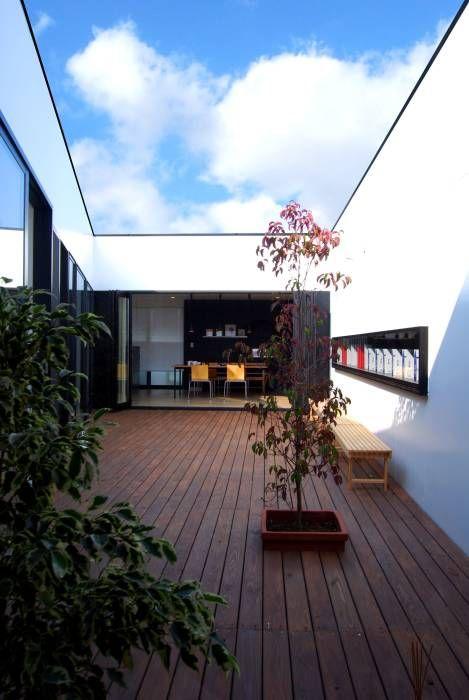 インナーコートのある家: BDA.T / ボーダレスドローが手掛けたtranslation missing: jp.style.バルコニー-テラス.modernバルコニー&テラスです。