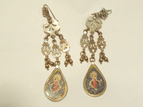 Orecchini in argento vecchio. Elementi provenienti da varie parte dell'India. Pezzo unicoIl Microdipinto su seta raffigura LAXMI