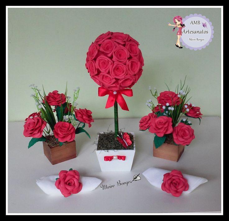 Centro de mesa com rosas de eva e topiaria de rosas, ideal para decoração de casa ou festas de casamento, mesa de convidados e para decorar a sua festa, fazemos em qualquer cor. <br> <br>Topiaria alt.: 35 cm. <br>vaso mdf: alt. 8cm x 10 cm larg. <br> <br>Arranjos alt. 21 cm. <br>vaso mdf: alt.: 5cm x 7,5 cm lar. <br> <br>Valor referente as 3 peças.