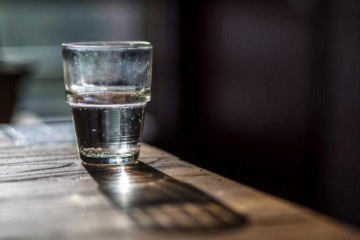 Er was eens een hoogleraar aan de universiteit, die voor haar groep studenten een glas water neerzette. Iedereen verwachtte dat ze over het verhaal rond het glas halfvol, of het glas halfleeg zou beginnen. Maar dat deed ze niet. Inplaats