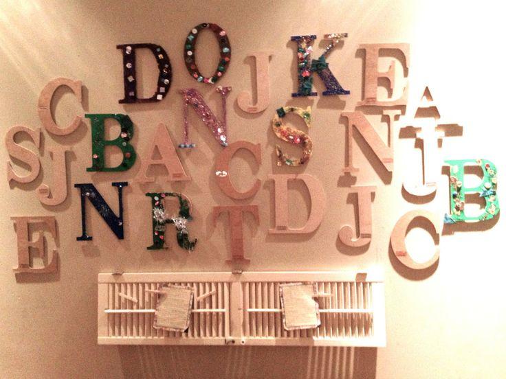 Voor ieder kind een houten letter ophangen. Op je verjaardag mag je jouw letter versieren.