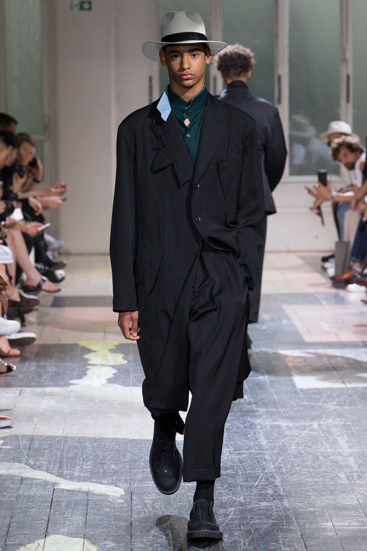 See the complete Yohji Yamamoto Spring 2018 Menswear collection.