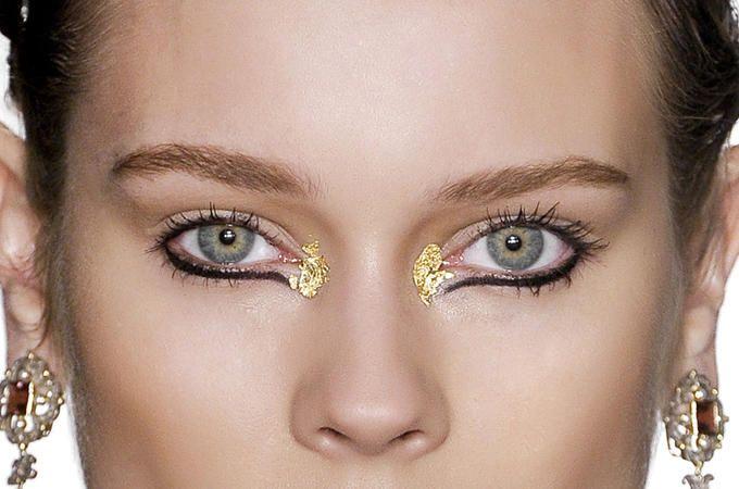 Sulla passerella newyorkese di Marchesa gli occhi scintillano: merito della foglia d'oro, che dà allo sguardo una luce preziosa. Da copiare subito, così: http://www.cosmopolitan.it/beauty/Trucco-da-sera-per-gli-occhi-nero-con-la-foglia-d-oro