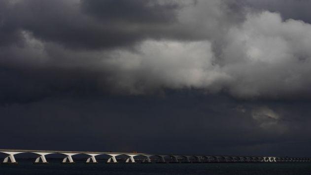 ZIERIKZEE - De Zeelandbrug viert vandaag haar vijftig jarig jubileum en is vanaf vandaag officieel een monument. De afgelopen jaren kregen we verschillende foto's van de brug gestuurd. We maakten de volgende selectie.