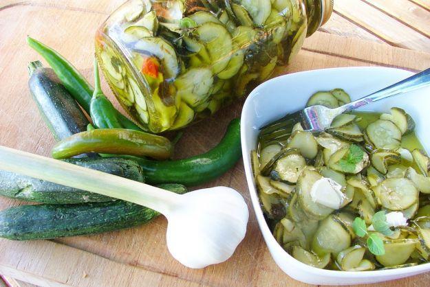 Ricetta zucchine sott'olio |   zucchine 1 Kg 7 spicchi d'aglio peperoncini piccanti interi 1.5 l di olio extravergine di oliva 2 l aceto di vino bianco sale q.b. origano q.b. Preparazione Iniziate a lavare, asciugare e tagliare le zucchine a rondelle. Prendete una ciotola capiente e ponetevi all'interno le zucchine partendo dalla base e creando degli strati, per ogni strato ponete abbondante sale. Successivamente riempite la ciotola d'acqua e coprite tutto in modo da creare pressione…