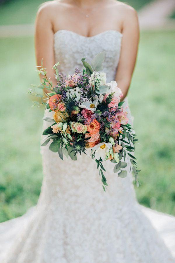 Boho-Style. Oversize Brautstrauß für eine Sommerhochzeit (Blumen: @wildflowerstgt / Foto: http://www.johannwinterholler.com/hochzeitsfotograf/after-wedding-shooting-stuttgart/)