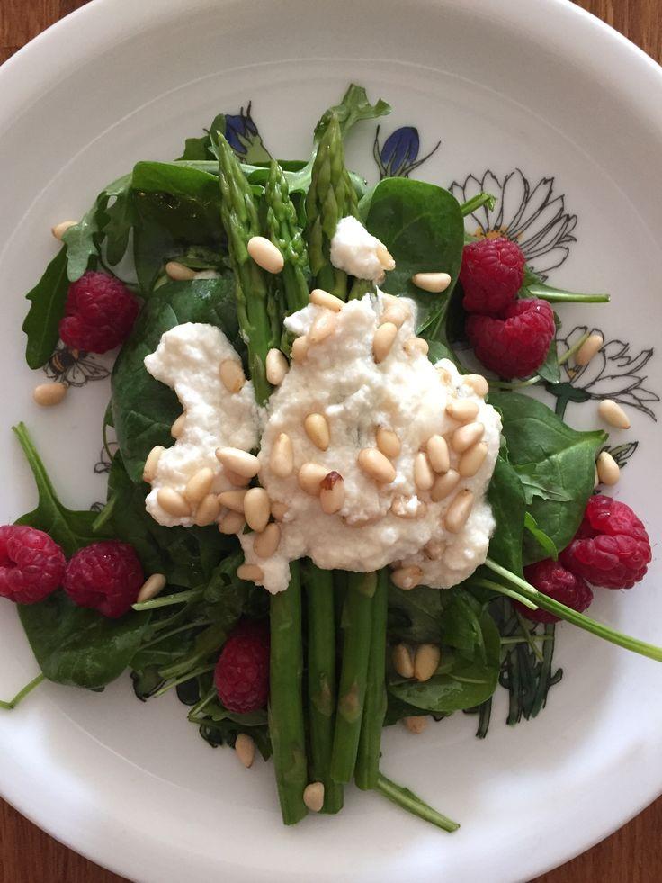 Cremig-würzig-süß! Frühlingssalat! http://www.die-kuecheninsel.at/spargel-spinat-salat-mit-honigglasiertem-ziegenkaese-pinienkernen-und-himbeeren/