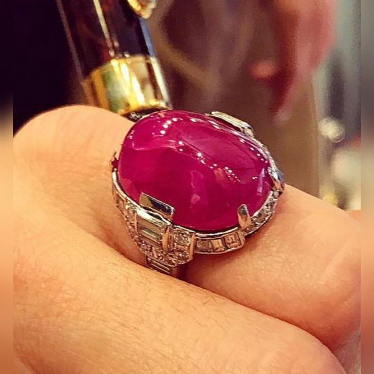 Art Deco Cabochon Ruby vs Diamond Spatial Design Ring. Anello Art Deco Cabochon con Rubino vs Anello di Diamanti di Design.  #AntiqueJewels @Eleuteri.