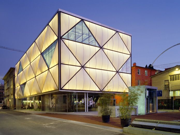 Miroiterie commercial building lausanne switzerland for Contemporary commercial buildings