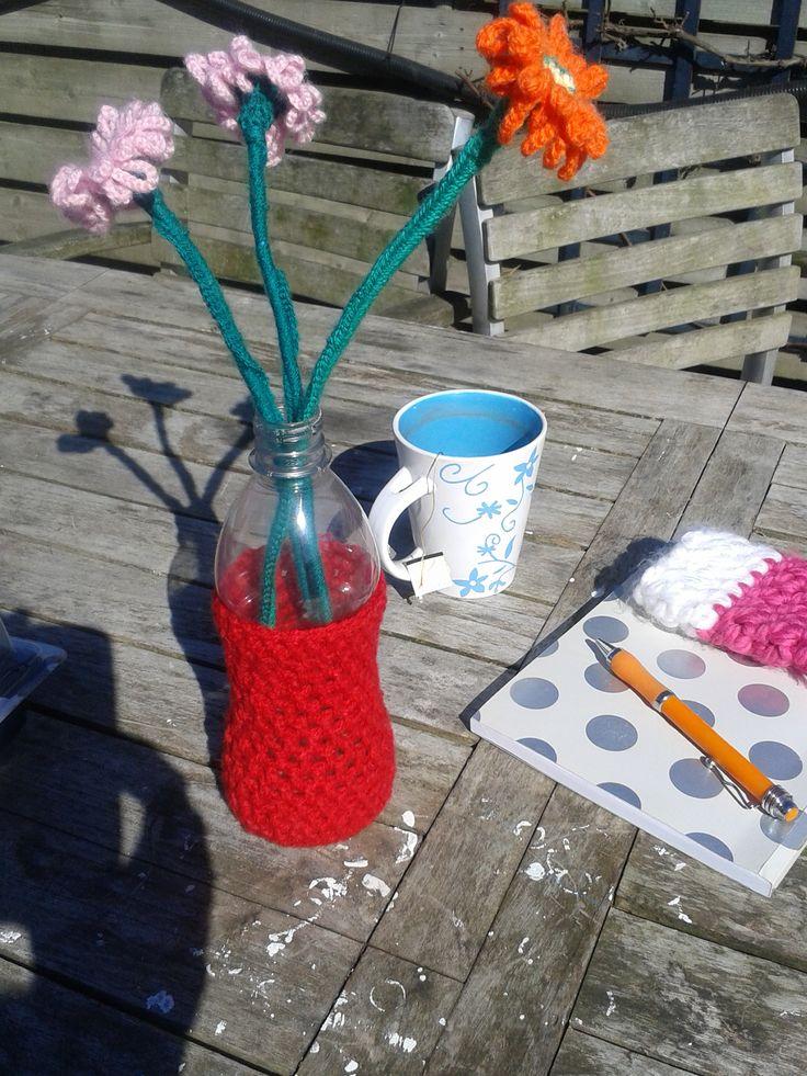 Lente is een heerlijk kopje koffie in de zon aan een gezellige tafel. Deze bloemen en vaasje zijn gehaakt en verkrijgbaar bij www.isaenbila.nl.