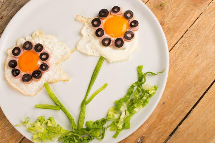 Originales huevos fritos con algo de verduras.