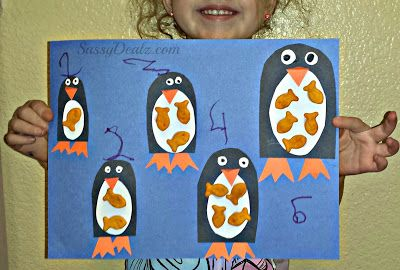 DIY: Penguin GoldFish Cracker Counting to 5 Activity | http://www.sassydealz.com/2013/08/diy-penguin-goldfish-cracker-counting.html